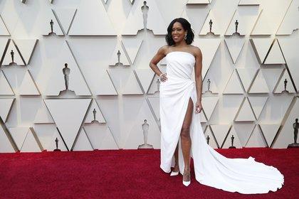 Total white. Regina King para los Oscars eligió una pieza strapless, drapeada con gran tajo y cola. Completó el look con brazalete de brillantes y aros gota y stilettos en punta
