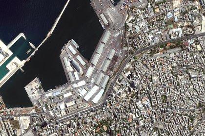 Una imagen de satélite muestra cómo lucía el puerto de Beirut, Líbano, el 31 de julio de 2020, antes de la explosión (Maxar Technologies/via REUTERS)