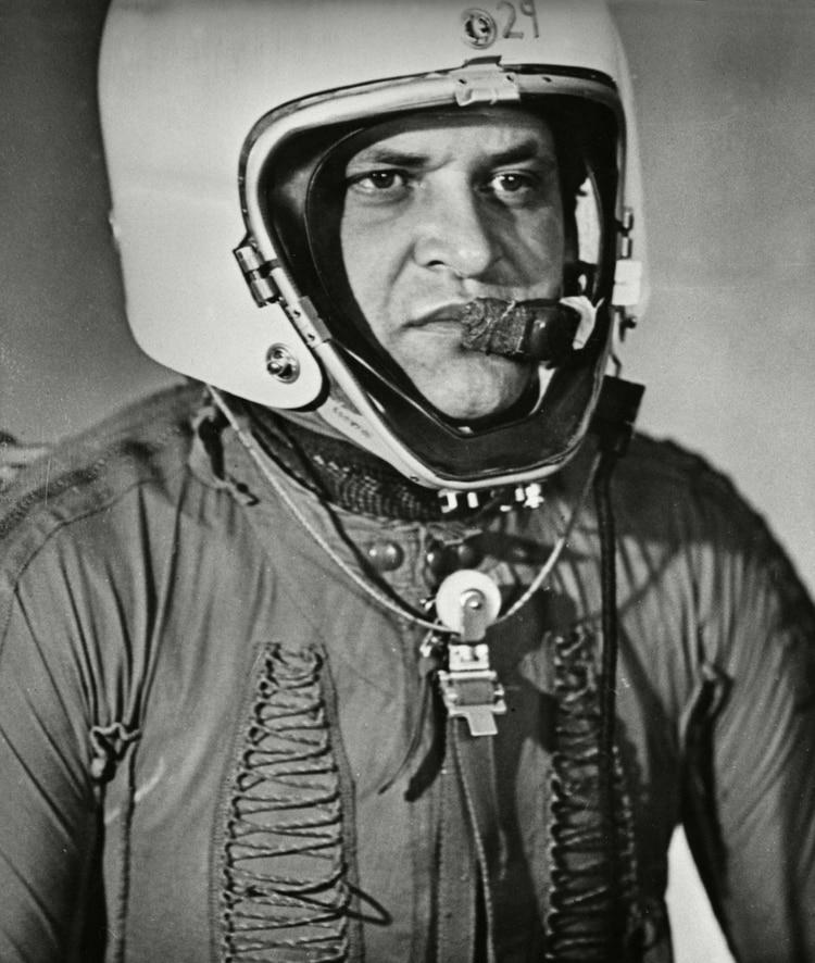 El piloto del avión espía U2 Francis Gary Powers con su casco y traje de vuelo después de ser derribado sobre territorio soviético el 1 de mayo de 1960, URSS. (Sovfoto/Universal Images Group/Shutterstock)