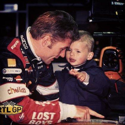 En 2000, con tres años, acompañando a su padre en una carrera de F1 (@maxverstappen1)