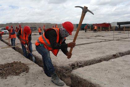 A pesar de la emergencia sanitaria por el nuevo coronavirus, la construcción del aeropuerto en Santa Lucía se ha mantenido. (Foto: Henry Romero/Reuters)