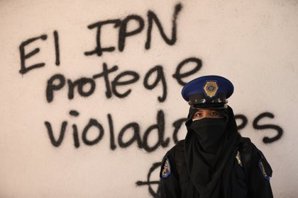 Una activista posa hoy junto a un grafiti en el IPN (Foto: Sáshenka Gutiérrez / EFE)