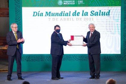 """Dr. Luis Alfredo Ponce de León Garduño recibe el premio """"Doctor Miguel Otero"""" (Foto: Presidencia de México)"""