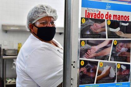 Una empleada de cocina se lava las manos antes de preparar los alimentos para el personal de Salud del Hospital Juárez (Foto: EFE/ Jorge Núñez)