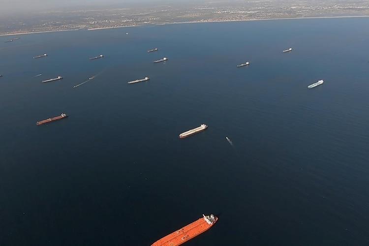 Algunos de los 27 petroleros anclados frente a la costa durante el brote de coronavirus se ven desde un helicóptero de la Guardia Costera de los Estados Unidos cerca de Long Beach, California,(Guardia Costera de EEUU/ Suboficial de tercera clase Aidan Cooney /REUTERS)