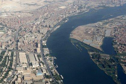 Una vista de los edificios alrededor del río Nilo, desde la ventana de un avión, sobre El Cairo, Egipto, el 20 de junio de 2020 (REUTERS/Mohamed Abd El Ghany)