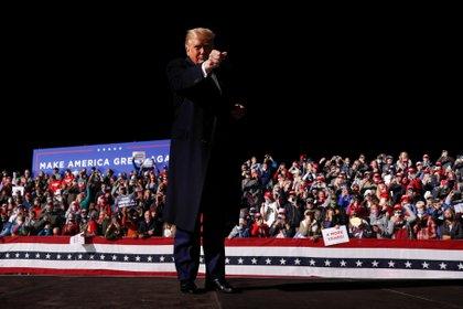 El Presidente Donald Trump ante la multitud al final de un evento de campaña en el Aeropuerto Regional de Bemidji en Bemidji, Minnesota, EEUU, el 18 de septiembre de 2020 (Reuters/ Tom Brenner)