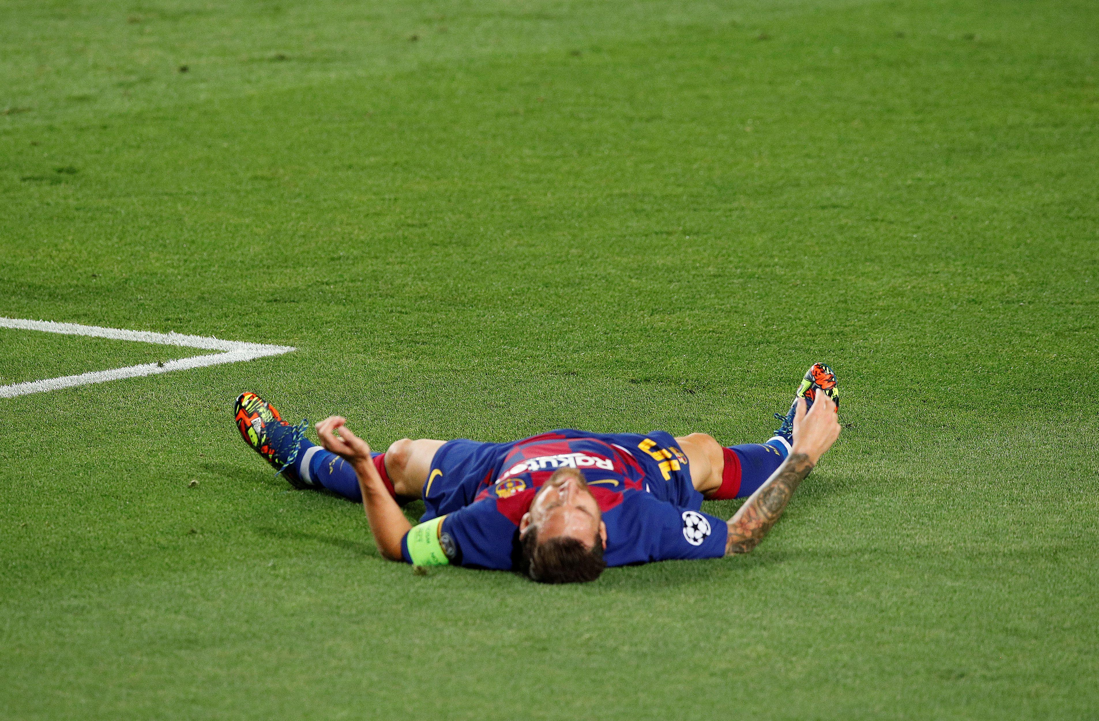 Messi sufrió la patada de Koulibaly en el primer tiempo ante Napoli. Y a pesar del dolor jugó toda la segunda parte (REUTERS/Albert Gea)