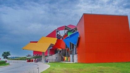 Su fachada llamativa y colorida para atraer turistas de todas las edades (Wikipedia)