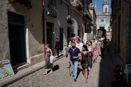 Foto del miércoles de un grupo de turistas rusos caminando por La Habana.  Ene  6, 2021. REUTERS/Alexandre Meneghini