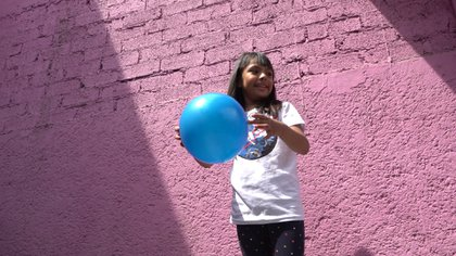 Nallely López explicó que Adhara juega como cualquier niño de su edad. Con su hermana Cami sale a patinar, dibuja con colores y se divierte con las muñecas (Foto: Juan Vicente Manrique/Infobae)