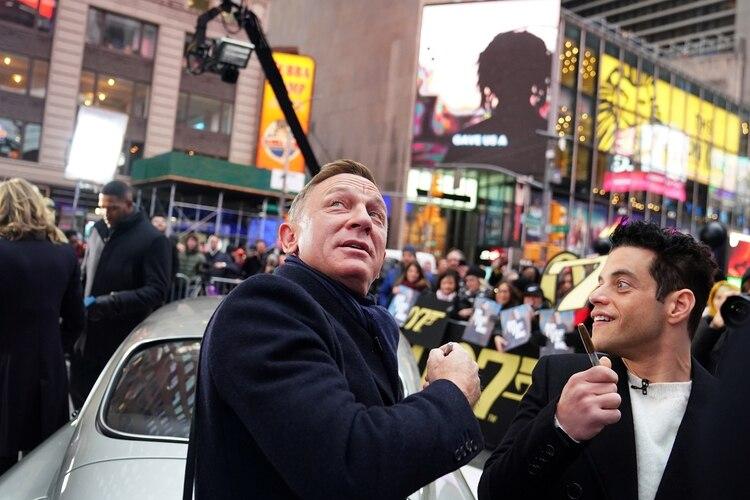 Daniel Craig y Rami Malek en Times Square para ver el tráiler de