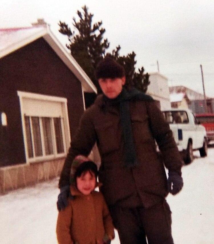 Magalí y José Luis hace 38 años. Ella le dio la mano, sintió sus dedos helados y decidió regalarle unos guantes y una bufanda