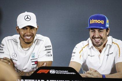 Lewis Hamilton y Fernando Alonso se enfrentarán el próximo 28 de marzo en Bahrein: Mercedes y Alpine presentaron hoy sus autos (Foto: AFP)