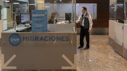 Fueron suspendidos por un mes los vuelos desde los destinos considerados de riesgo (Adrián Escandar)