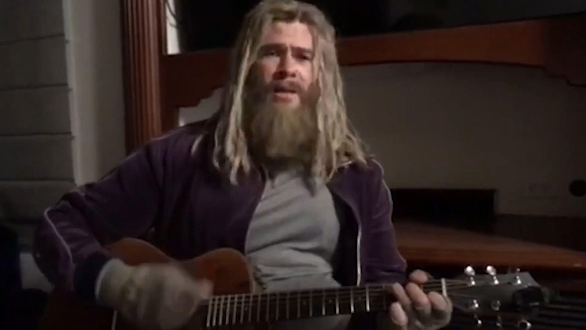 """El actor australiano estuvo de invitado en el programa """"The Tonight Show con Jimmy Fallon"""", donde dio a conocer un clip en el que lució su """"terrible"""" talento para cantar y tocar la guitarra. (Foto: captura de pantalla)"""