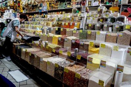 Consumidores compran alimentos básicos en un mercado popular, en San Pablo (Brasil). EFE/Sebastiao Moreira/Archivo