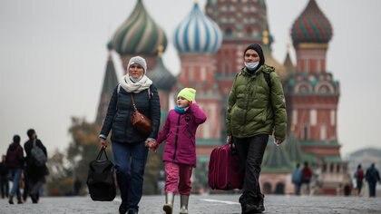 La gente camina en la Plaza Roja de Moscú (REUTERS / Maxim Shemetov / archivo)