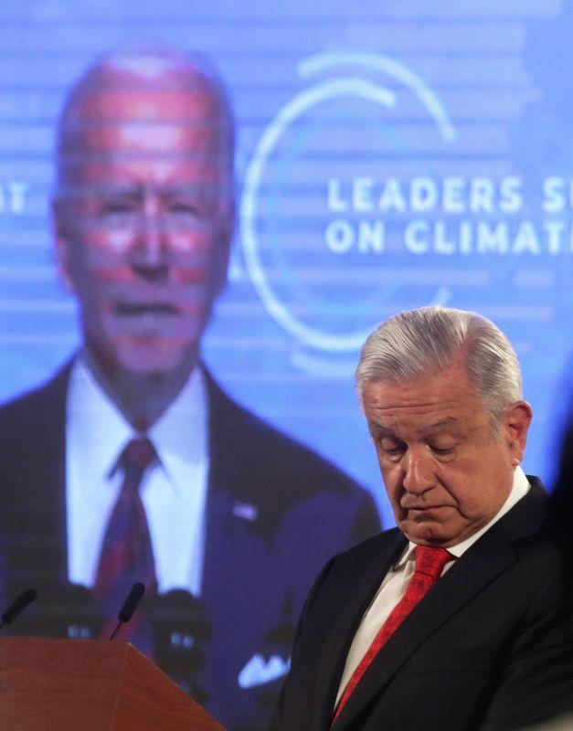 El presidente de Estados Unidos, Joe Biden, se ve en una pantalla mientras el presidente de México, Andrés Manuel López Obrador, asiste a una cumbre mundial virtual sobre el clima (Foto: Reuters)