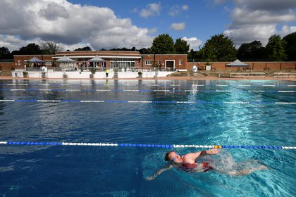 Varias piscinas al aire libre de Londres dieron hoy la bienvenida a sus primeros visitantes (REUTERS/Toby Melville)