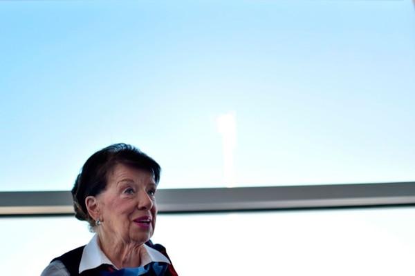 La azafata de American Airlines Bette Nash, de 81 años, en una entrevista con la AFP tras desembarcar de un vuelo en Arlington, Virginia, el 19 de diciembre de 2017 (AFP – Eric BARADAT )