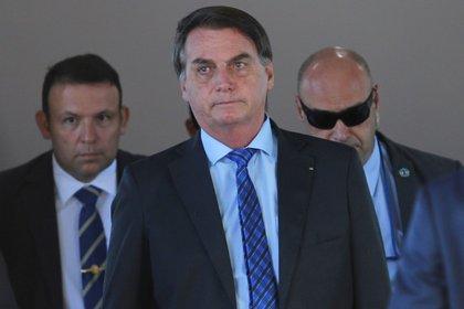 El presidente de Brasil, Jair Bolsonaro, camina después de una reunión en la sede del Ministerio de Defensa, en medio del brote de coronavirus en Brasilia REUTERS/Adriano Machado