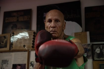Castellini enseña boxeo para defensa persona en su gimnasio