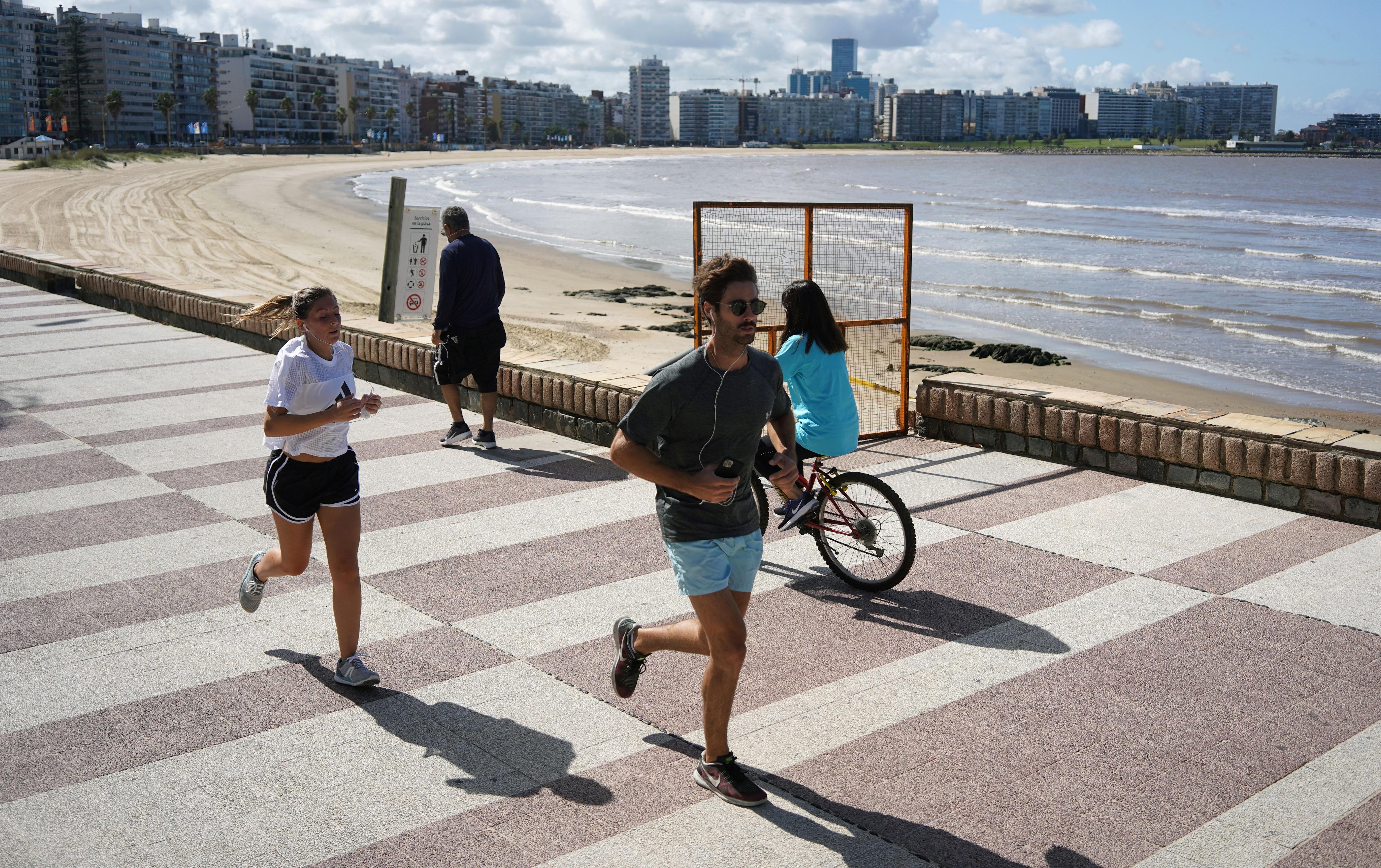 La playa del barrio de Pocitos, Montevideo, Uruguay. (REUTERS/Mariana Greif)