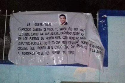Las narcomantas en donde acusan al gobernador de Tamaulipas, Francisco Javier García Cabeza de Vaca, de recibir dinero del Cártel del Golfo (Foto: Twitter @LPueblo2)