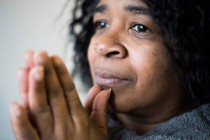 Eleanor Williams, quien hoy tiene 52 años, en su casa en Connecticut. Tenía 18 años cuando su primera hija, April, fue secuestrada por una desconocida (Foto gentileza: Michael Noble Jr. /The Washington Post)