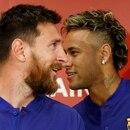 Los jugadores del FC Barcelona Lionel Messi (L) y Neymar asisten a una conferencia de prensa para anunciar el acuerdo de patrocinio entre el equipo y el operador de comercio electrónico japonés Rakuten Inc. en Tokio, Japón, el 13 de julio de 2017. REUTERS/Kim Kyung-Hoon/Archivo Foto