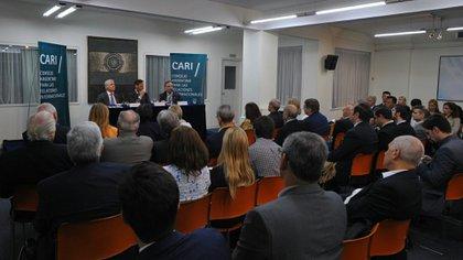 El ex candidato a vicepresidente Miguel Pichetto participa de una charla-debate en el CARI (Foto: Patricio Murphy)
