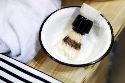 ARCHIVO - El vapor de la ducha puede ablandar la piel en demasía para el afeitado eléctrico, pero es favorable para el afeitado húmedo. Foto: Daniel Karmann/dpa