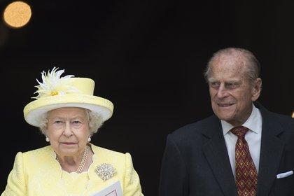 El duque de Edimburgo responde al tratamiento pero es trasladado de hospital (EFE)