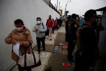 Filas con distanciamiento social en Lima (Reuters)