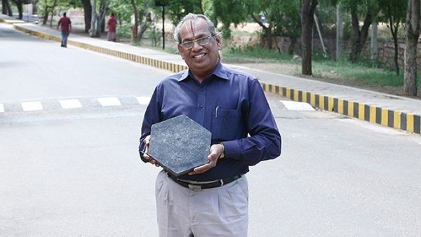 El increíble invento de un profesor de química que transforma plástico en caminos asfaltados