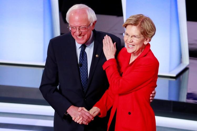 El senador estadounidense Bernie Sanders y la senadora estadounidense Elizabeth Warren se dan la mano antes del comienzo de la primera noche del segundo debate presidencial demócrata estadounidense de 2020 en Detroit, Michigan, EE. UU., 30 de julio de 2019. REUTERS / Lucas Jackson