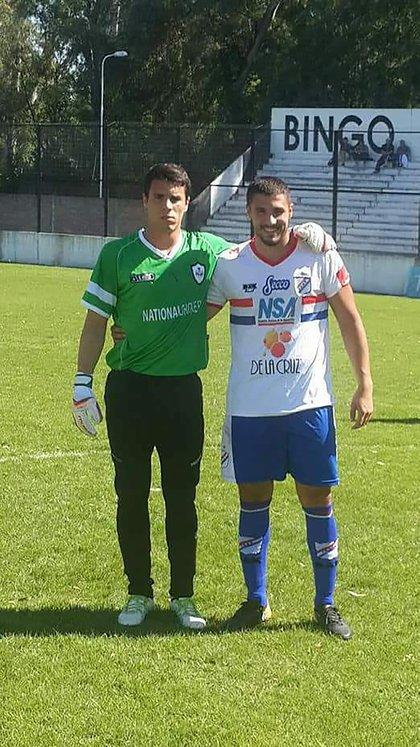 Ghiglione con su hermano Juan Ignacio, delantero de Deportivo Paraguayo, cuando se enfrentaron (sin goles de por medio)