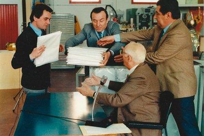 Ferri (izq.) junto a otros colaboradores y Enzo Ferrari (Giorgio Ferri)