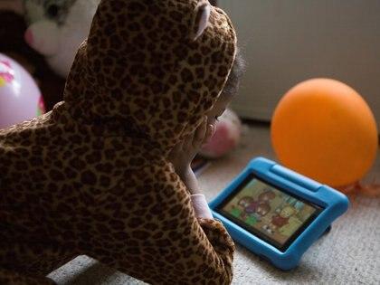 Una niña en su casa durante la cuarentena dictada en New Rochelle, Estados Unidos, en marzo (REUTERS/Joy Malone)