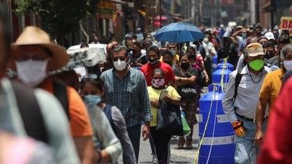 Gente espera en fila a lo largo de la calle antes de entrar en la zona donde están abiertas las tiendas, durante la reapertura gradual de actividades comerciales en Ciudad de México, mientras continúa el brote coronavirus en Ciudad de México. Julio 6, 2020. REUTERS/Henry Romero