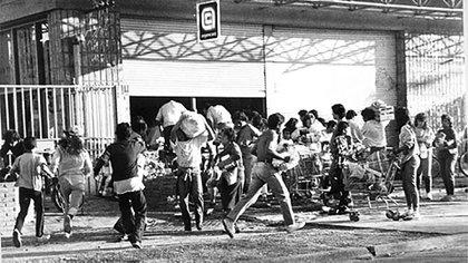 A finales de la década del ochenta se desató un profundo caos social con saques, protestas y decenas de muertes. Al fenómeno se lo conoce como la hiperinflación del '89