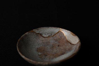 El Kintsugi -o Kintsukuroi- es una técnica centenaria de origen japonés que consiste en la reparación de piezas de cerámica con oro, plata o platino