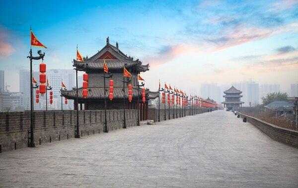 Antigua torre y parte de la gran muralla en Xi'an