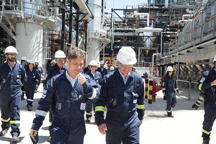 Axel Kicillof en la refinería de Axion en Campana, junto a Marcos Bulgheroni, CEO de PAEG