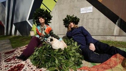 Nerón María Garzón Maceda y José Luis Otiniano Zacarias, autores de una casita de perro inspirada en la naturaleza y el aire libre realizada con hojas naturales