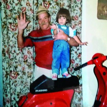 """El abuelo de Luis Miguel con su hijo menor, Sergio, cuando lo visitó junto a su madre. Del libro """"Luis Miguel. La historia"""" (Editorial Aguilar)"""