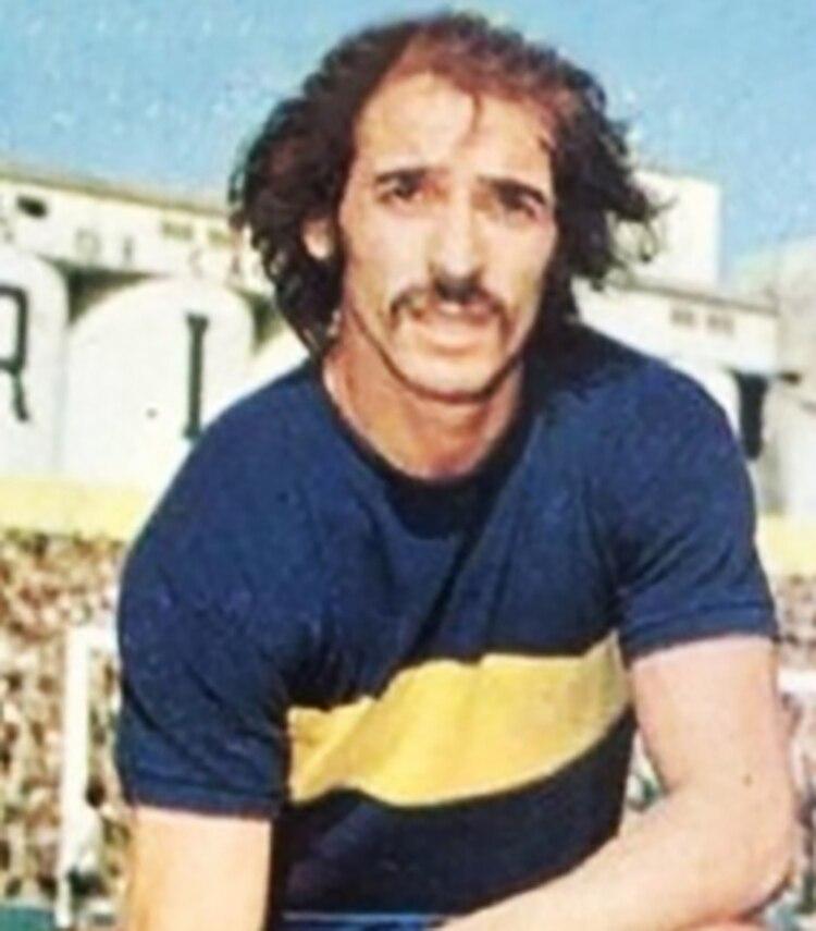 """El """"Tano"""", con la casaca de Boca, en el estadio de Ferro"""