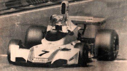 La calidad no es buena, pero vale el testimonio: Reutemann levanta los dos brazos para festejar su triunfo (Archivo CORSA).