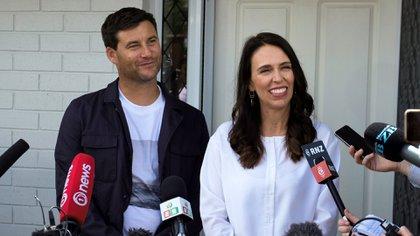 Jacinda Ardern y su pareja Clarke Gayford anuncian a la prensa que están esperando su primer hijo, en Auckland el 19 de enero de 2018 (Clarke Gayford. / AFP PHOTO / Diego OPATOWSKI)
